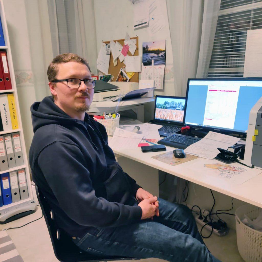 Pirkolan sikatilan yrittäjä Tomi Pirkola toivoo valokuituyhteydeltä entistä nopeampaa tiedonsiirtoa